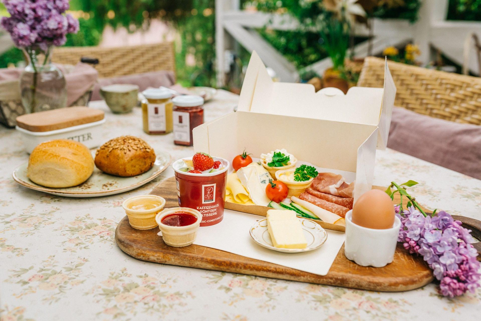 Wir haben für unsere Gäste in den umliegenden Hotels, Pensionen und Ferienwohnungen aber auch für zu Hause oder für den Strand, das Frühstück in der Box entwickelt. In gewohnt frischer Qualität können Sie aus vier verschiedenen Frühstücks-Varianten wählen.