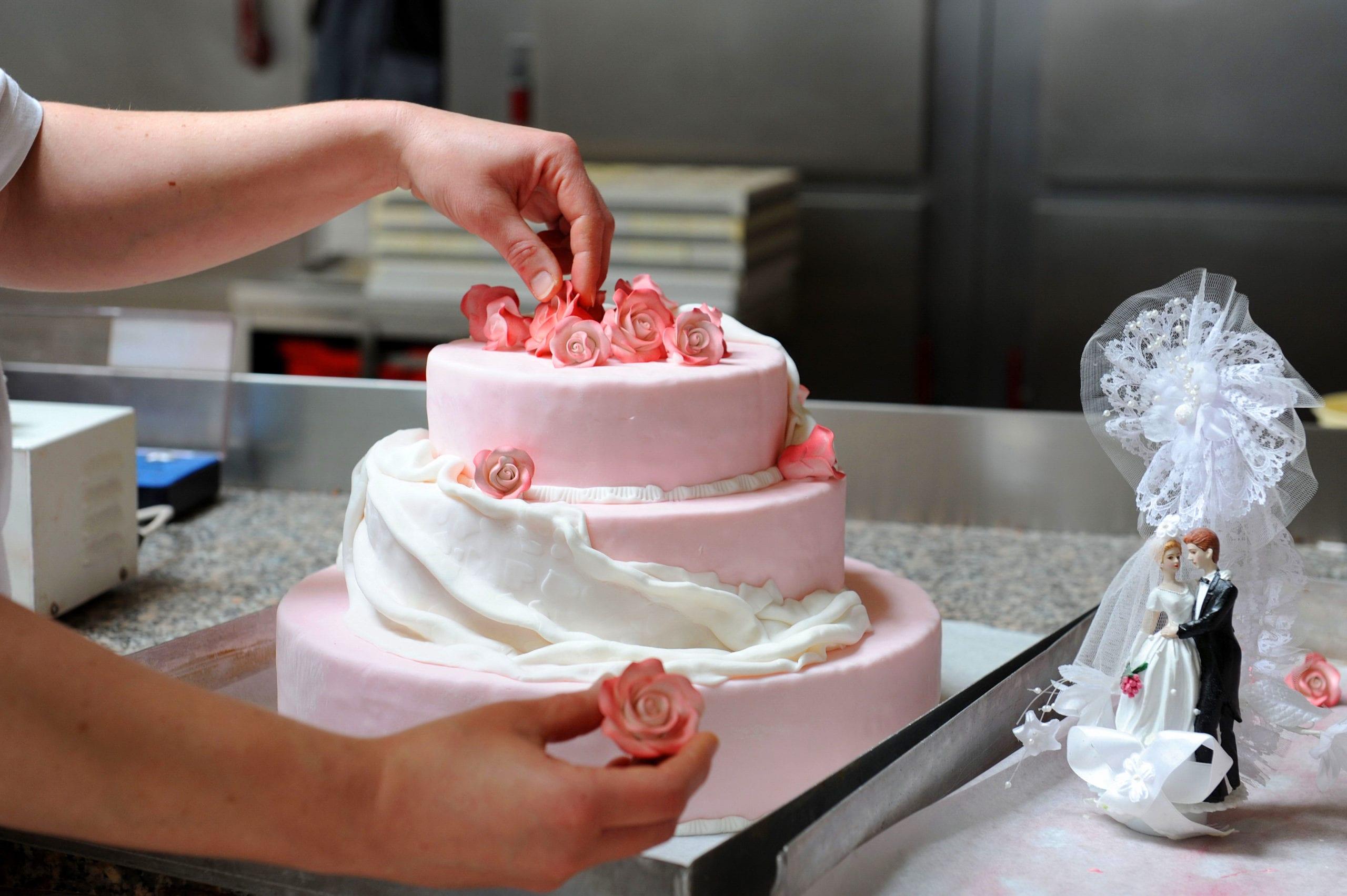Ob zu Ihrer Hochzeit, der Taufe, oder zum Geburtstag sowie zum Firmenjubiläum: Zu jedem Anlass kreieren wir für Sie genau die richtige Torte. Rufen Sie uns gern an und wir erfüllen auch Ihren ganz individuellen Tortenwunsch. (Telefon: 038203 7757-0)